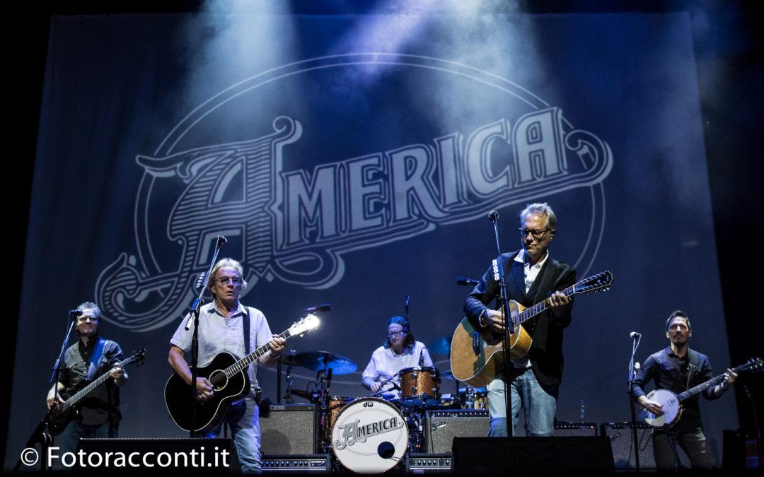 """La prima tappa del 50th Anniversary tour. Gli America fanno nuovamente """"una magia"""""""