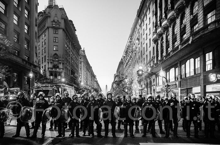 Argentina: la protesta sulle diseguaglianze sociali in Cile. E' sconto con la polizia